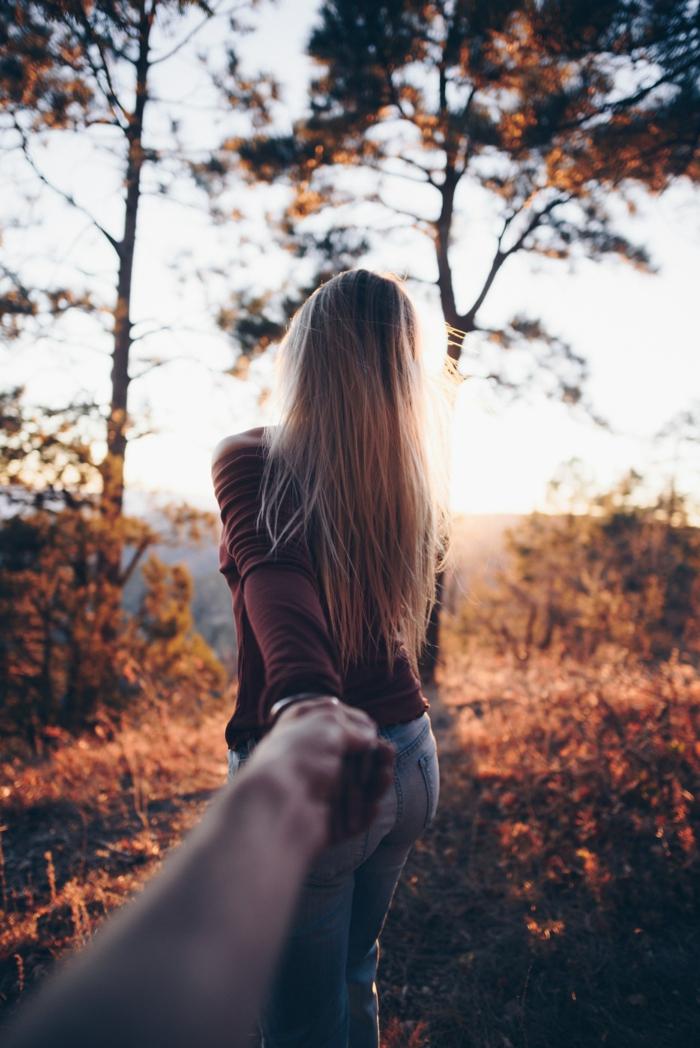 Femme qui tient la main d'un homme qui prend son photo, image couple amoureux photo pour utiliser sur les réseaux sociaux