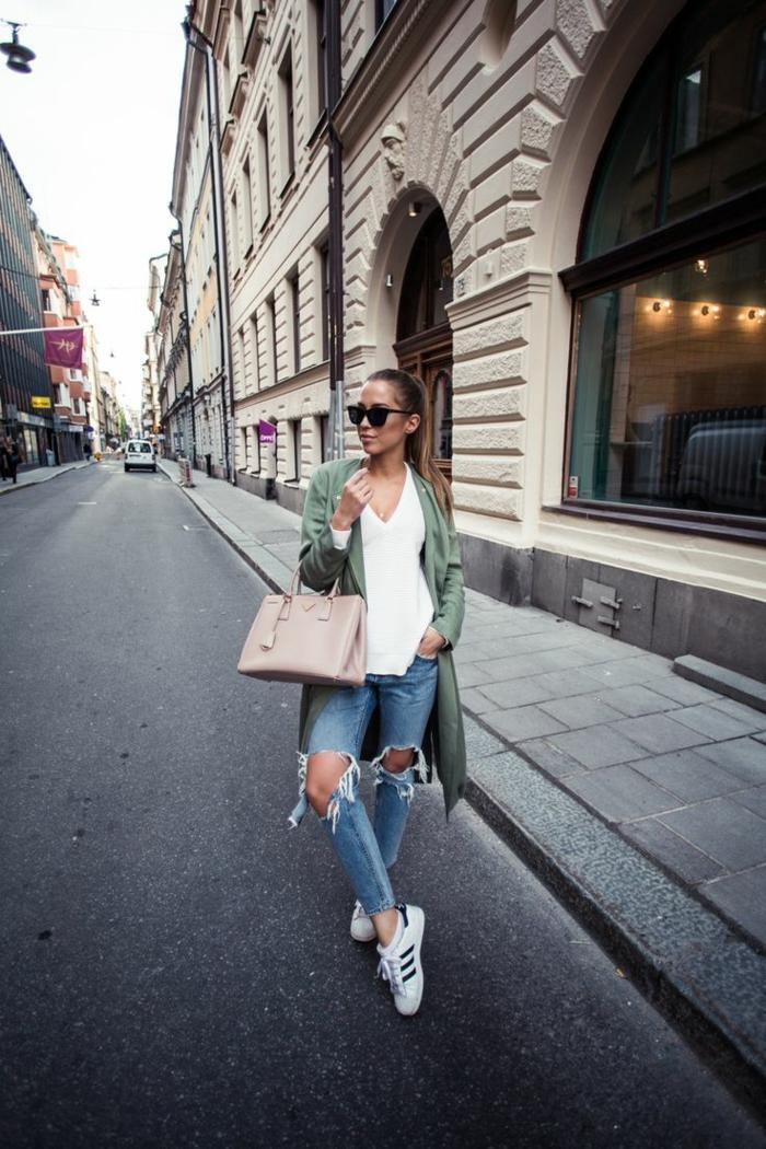 Style de la rue, jean déchiré, top blanche, baskets adidas blanches, tumblr girl style photo tumblr fille idée de tenue inspirée par tumblr tenue original