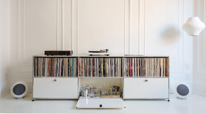grand meuble pour ranger disques vinyles blanc avec portes blanc design assorti à décoration salon par usm modular