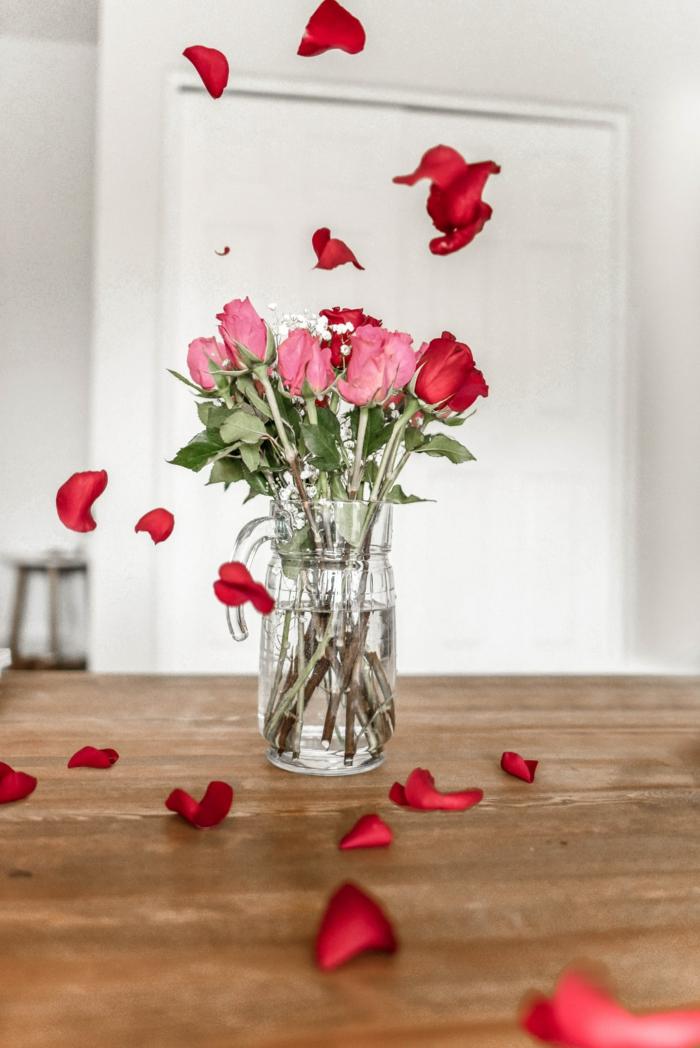Vase en verre pleine de roses rouges et roses, originale photo de roses, carte st valentin idée comment dire bonne saint valentin mon amour