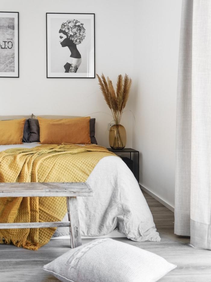 déco jaune et gris dans une chambre féminine, design intérieur minimaliste, chambre blanche avec parquet gris et objets jaune moutarde