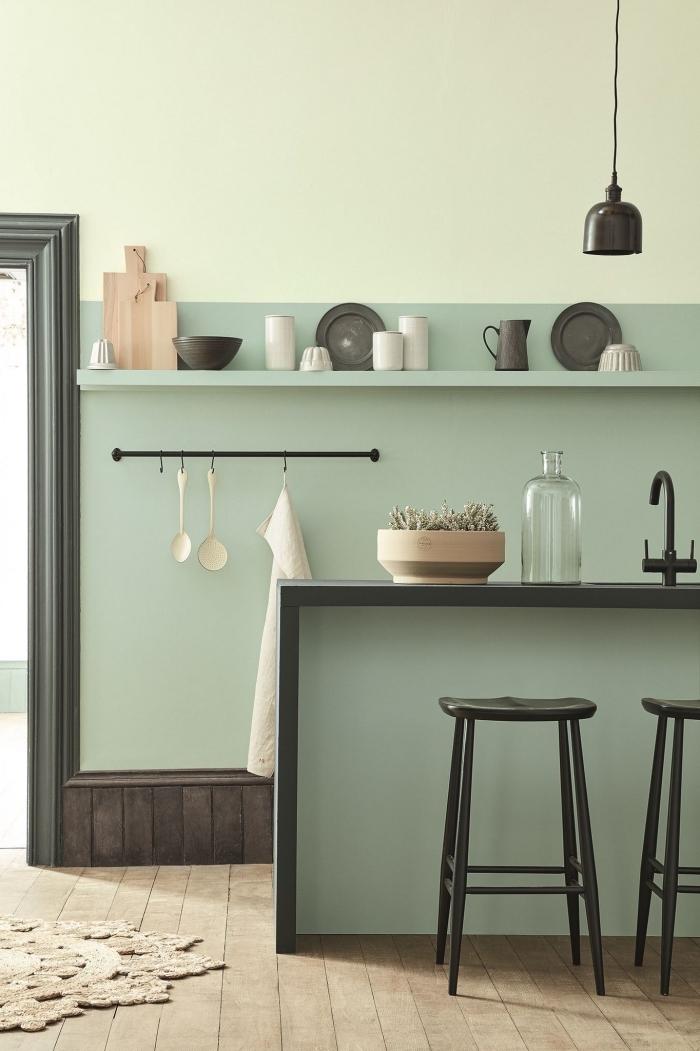 modèle de cuisine aux murs vert pastel, agencement cuisine verte avec accents noirs, mur de couleur vert celadon