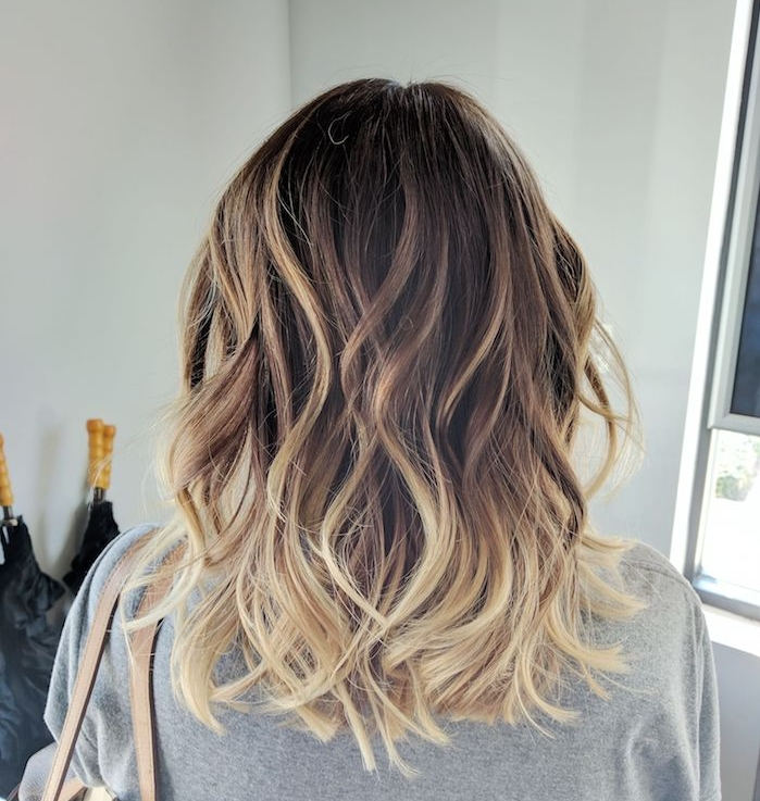 cheveux balayage blond sur cheveux chatain, meches blondes sur cheveux mi long femme, vue d arrière