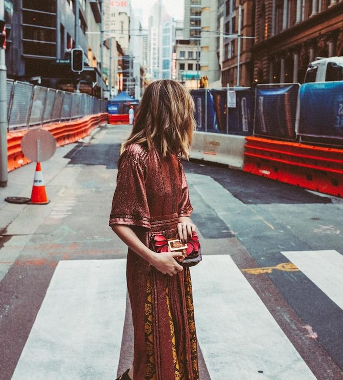 vue d arrière d une coupe de cheveux avec ondulations romanrique, style boheme chic avec une robe boheme à motifs pagne