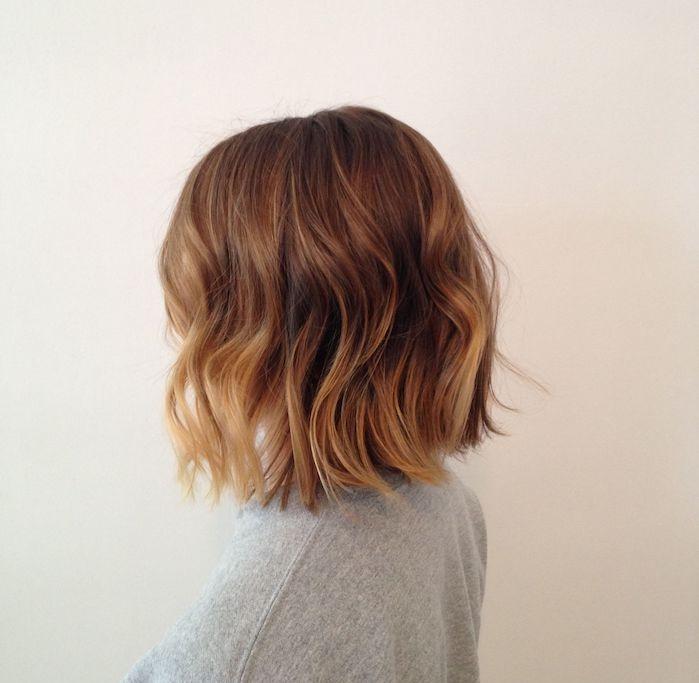 la coupe au carré court avec des boucles romantiques, bouts ondulés et racines lisses, couleur de cheveux chatain clair blond miel