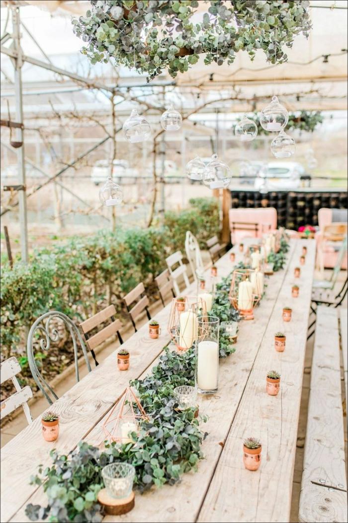 longue table en bois clair, déco de chambre vintage, chemin de table guirlande de feuilles