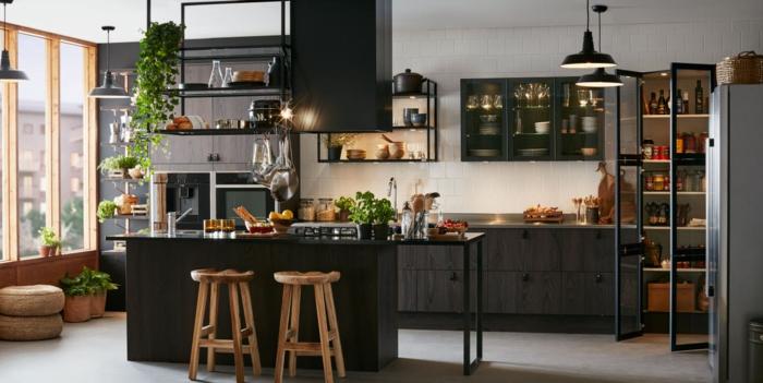 cuisine en noir et gris style industriel, tabourets en bois, petit ilot noir, étagères et plantes vertes