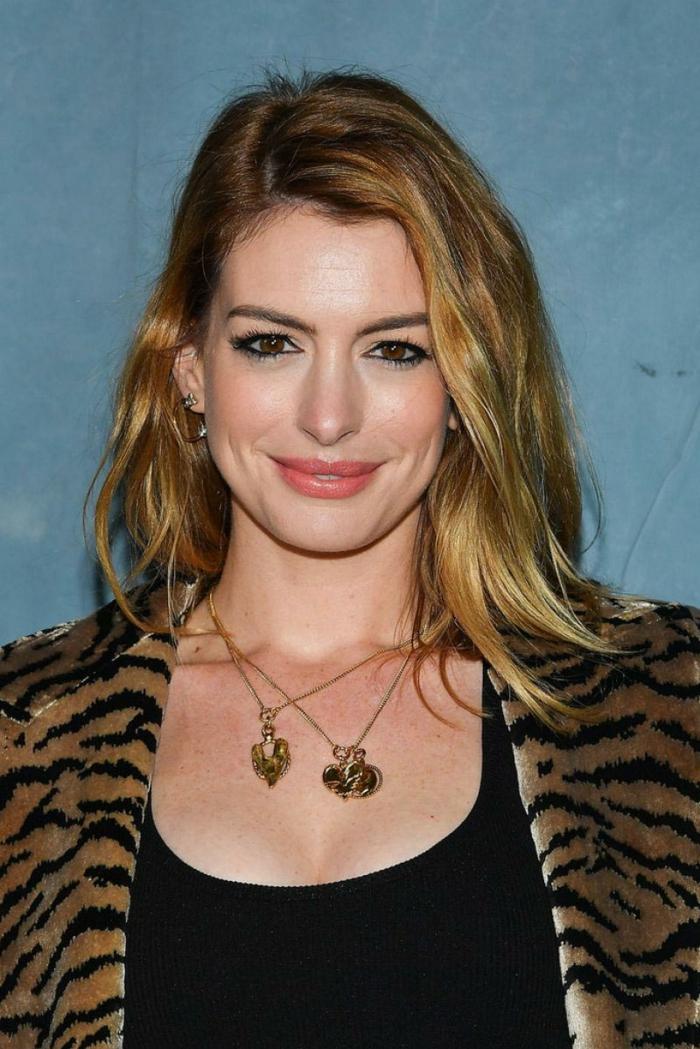 Annee Hathaway, cheveux longs, colliers avec pendentifs, cheveux blond foncé doré, veste motif animal