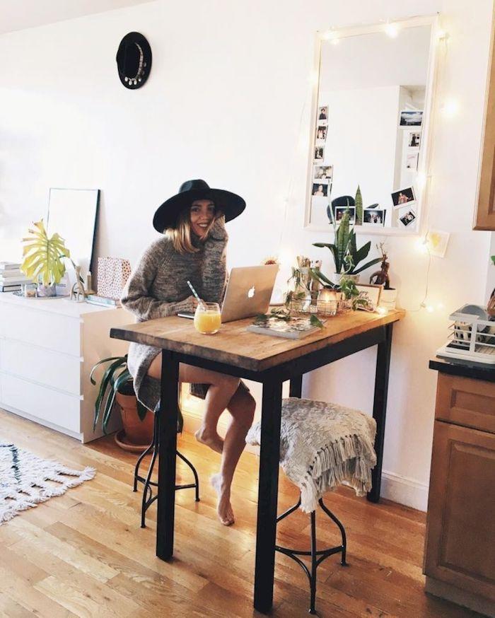 Belle deco chambre fille ado chambre tumblr moderne idée déco, femme qui travaille sur ordinateur personnel et bois jus d'orange