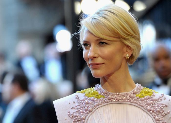 coupe de cheveux femme 50 ans, Cate Blanchette avec des cheveux corts, coupe carré blond, robe aux perles mauves