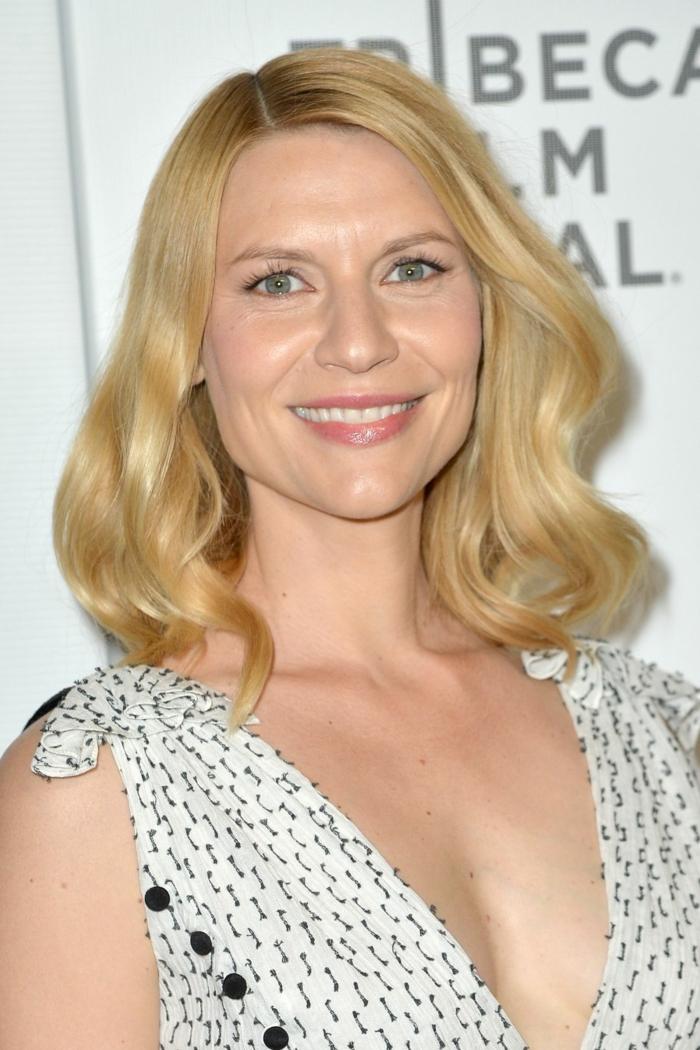 couleur des cheveux blond californien, robe blanche, cheveux wavy longs, maquillage discret