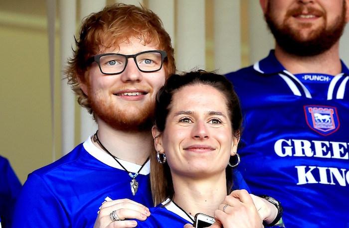photo des mariés Ed Sheeran et Cherry Seaborn au stade de football avec le maillot de l'équipe de Ipswich