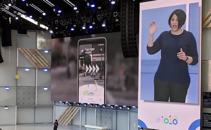 Photo de la vice-présidente de Google Lens & AR Aparna Chennapragada qui présentait la nouvelle option de réalité augmentée à la conférence des développeurs I/O en mai 2018.