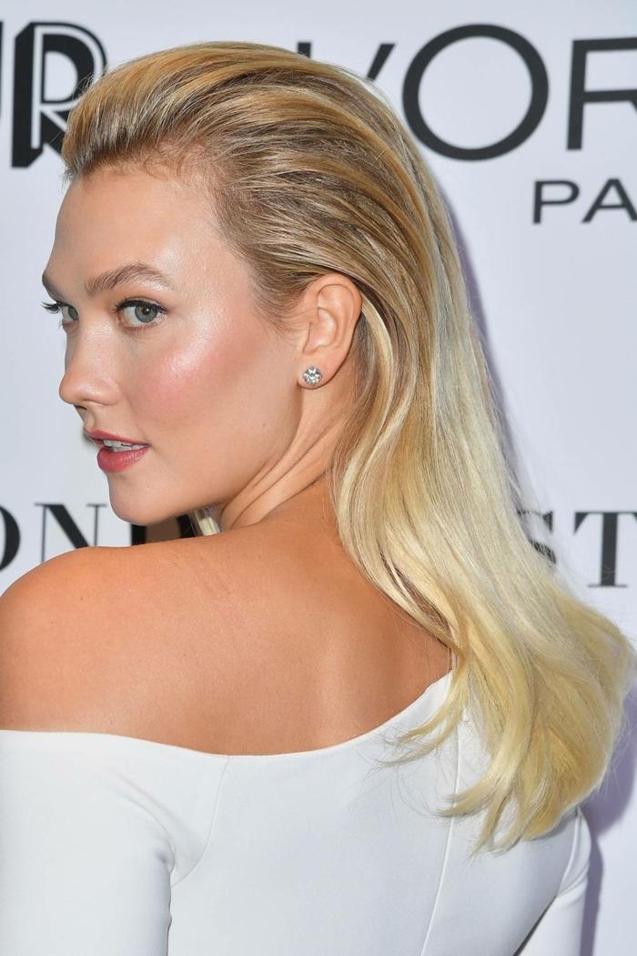 la coiffure de Karlie Kloss, cheveux blond doré, balayage blond sur brune, robe blanche épaule dénudée