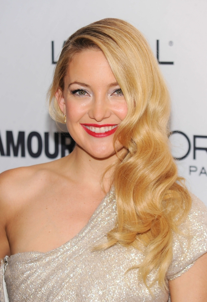 robe glamour couleur champagne, rouge à lèvres rouge, cheveux ondulants coloration blonde