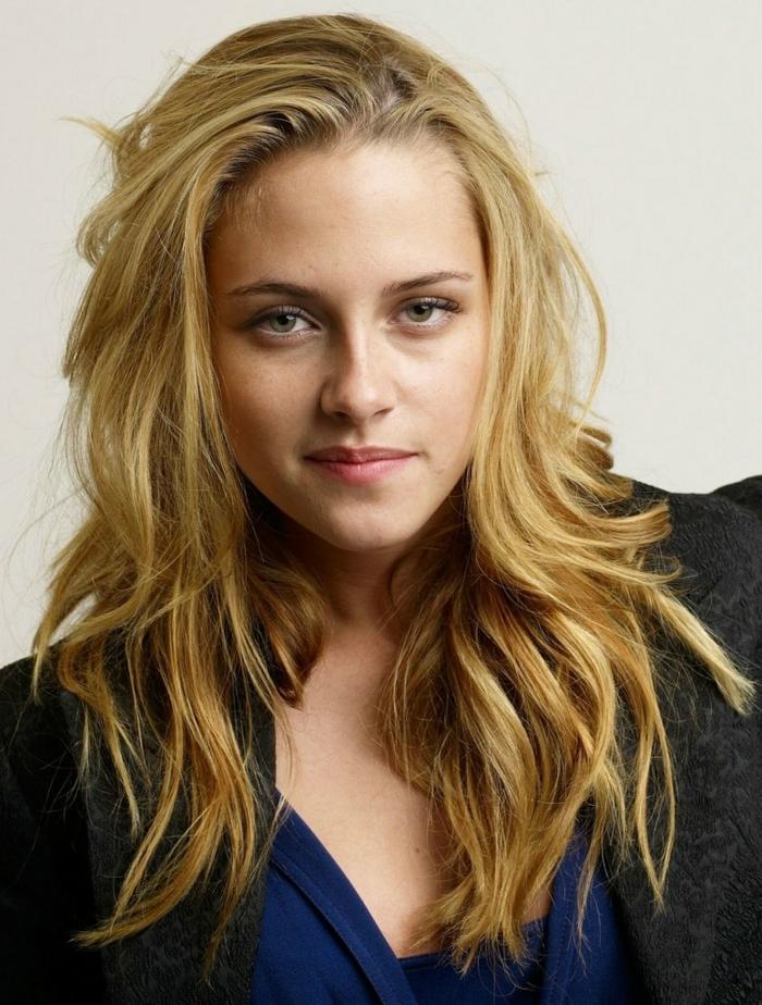 Kristen Stewart, cheveux longs couleur blond vénitien, coloration blonde, longs cheveux