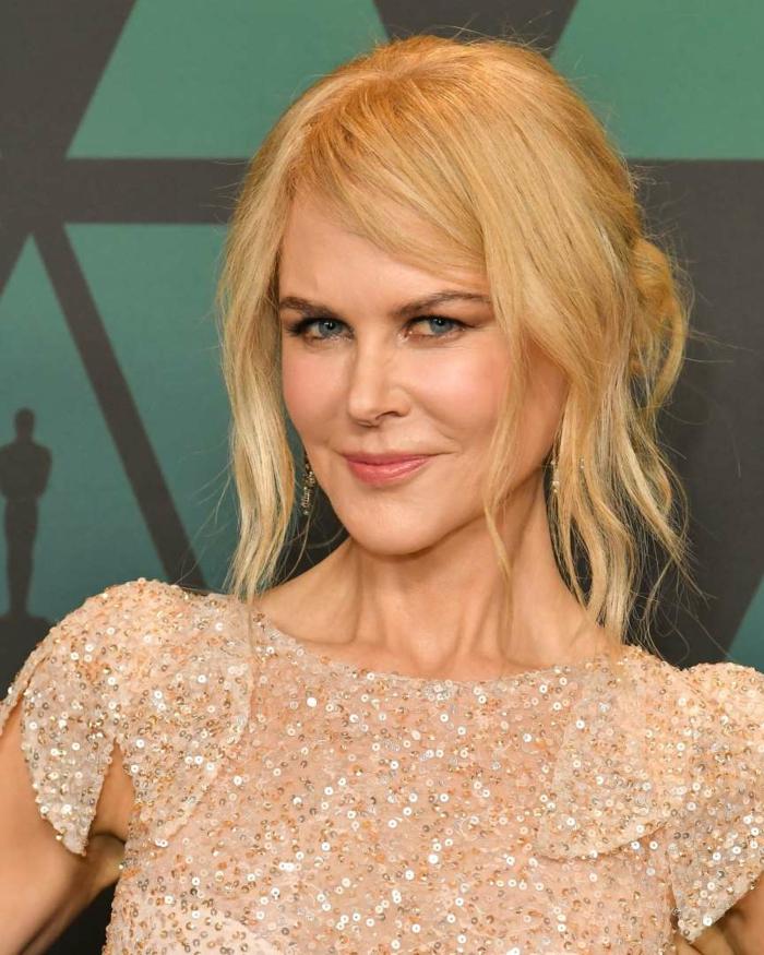 tenue pailletée couleur champagne, maquillage simple, chignon coiffé décoiffé, femme blonde élégante