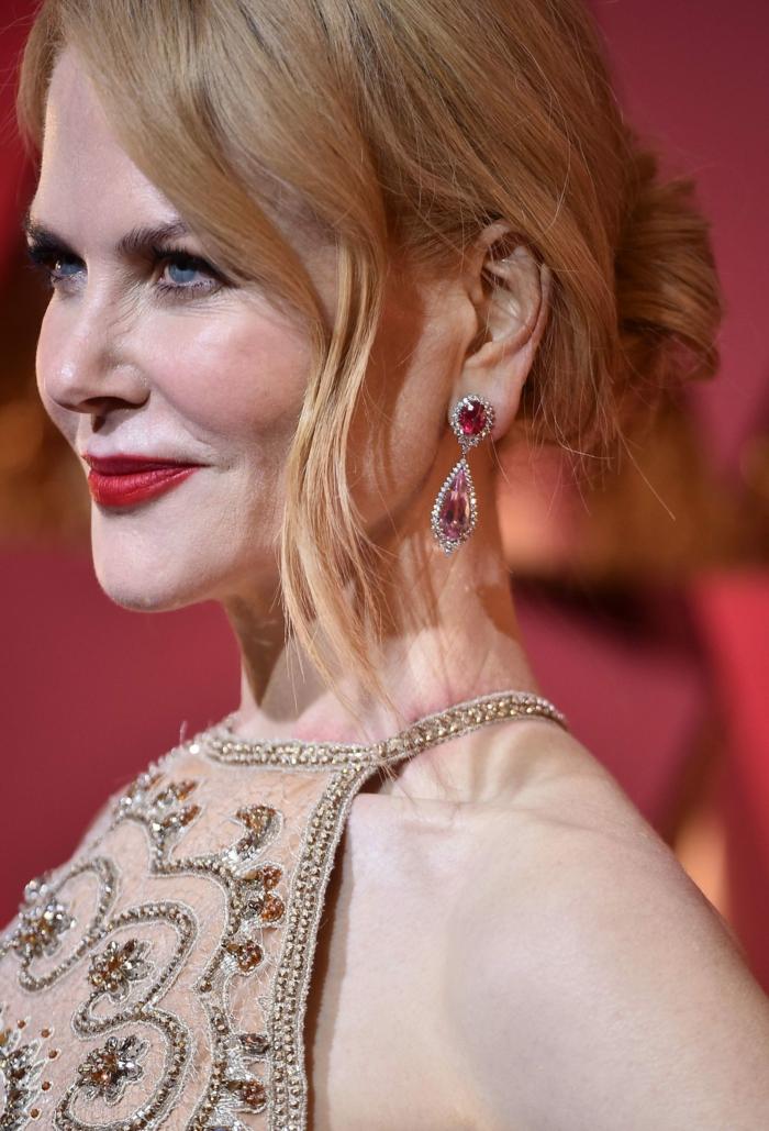 chignon coiffé décoiffé, Nicole Kidman, rouge à lèvres rouge, robe beige claire incrustée