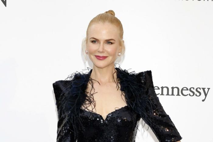 chignon cheveux teinture blonde, robe noire bustier, actrice australienne élégante