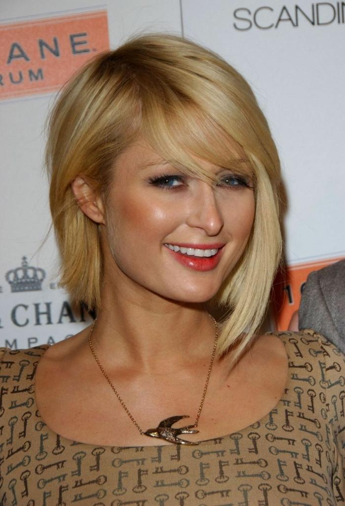Paris Hilton, carré asymétrique, rouge à lèvres orange, frange rideau, collier avec suspension extravagante