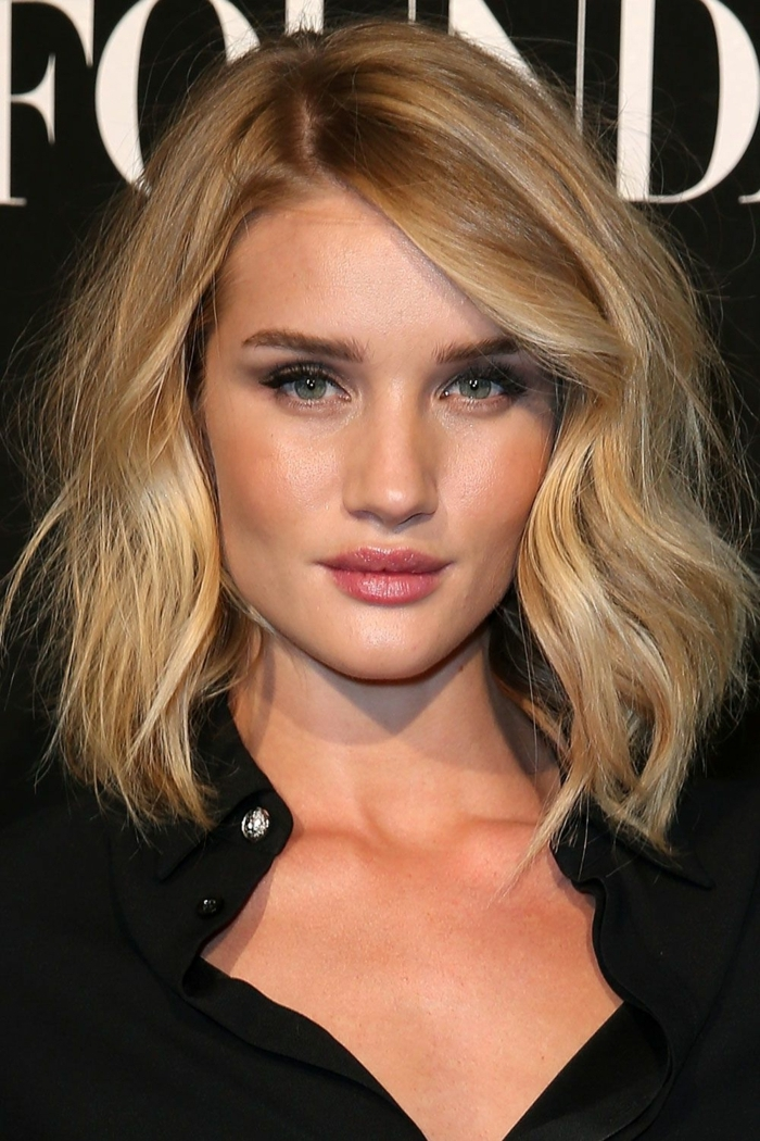 cheveux couleur blond californien, yeux bleus, chemise noire, frange balayée, couleur cheveux blond foncé doré
