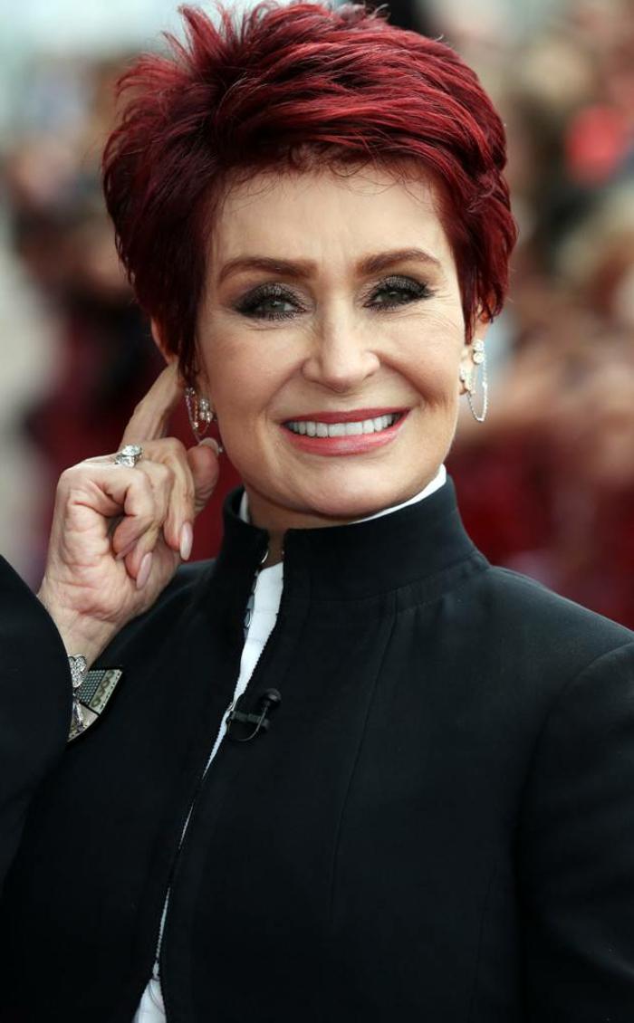 cheveux courts femme aux cheveux rouges, costume noire, chemise blanche, coiffure courte femme 60 ans