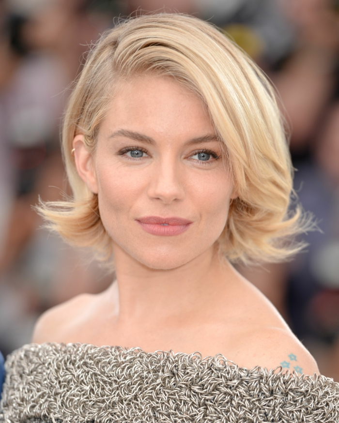couleur chevex blond, Sienna Miller, maquillage simple, coupe carré, frange de côté, cheveux couleur blonde