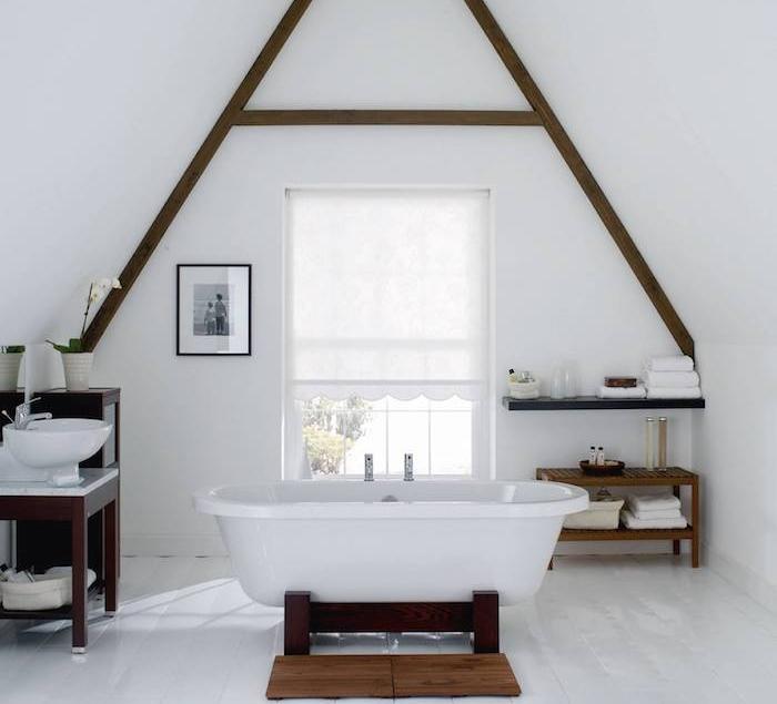 salle de bain blanche avec des poutres apparentes minaitures, mobilier salle de bain wengé, murs et sol blanc