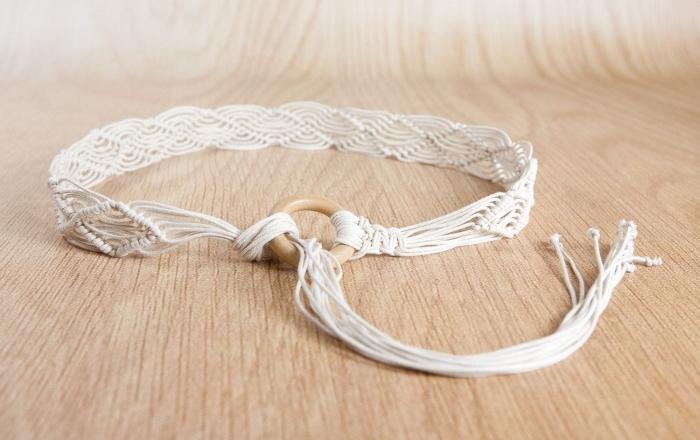 modèle noeud macramé facile, exemple de bracelet diy en corde blanche avec anneau en bois, idée bijoux fait main