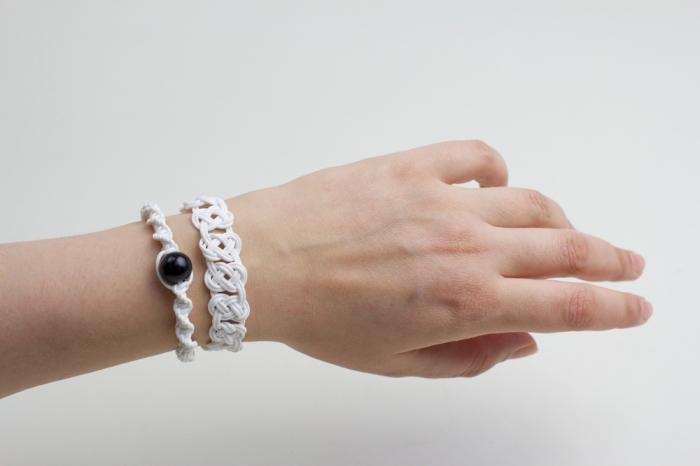 macramé tuto facile, comment fabriquer un bracelet avec la technique noeud plat toursadé et décoré de perle