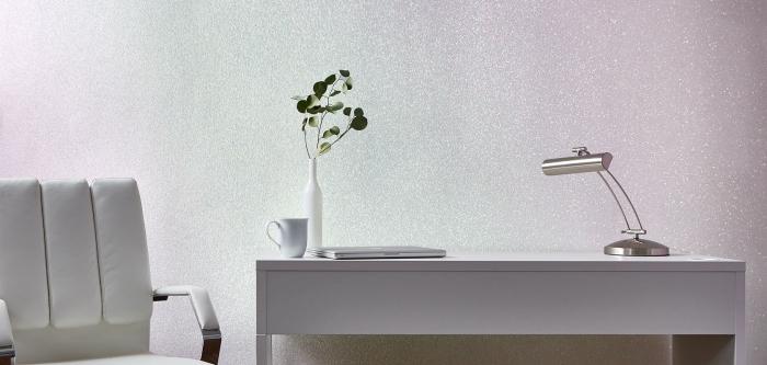 décoration bureau travail pour femme, pièce bureau avec murs à effet glitter rose et bleu aménagée avec chaise bureau blanche