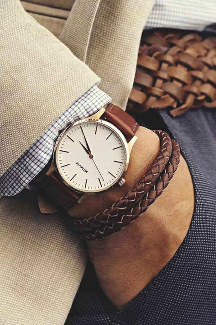 quels bijoux pour une tenue d affaires décontractée homme, modèle de bracelet tressé en cuir marron avec montre or et marron