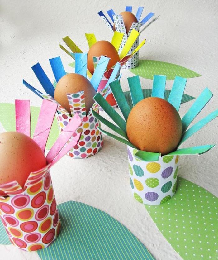 supports pour oeufs de paques en rouleau de papier toilette recyclé enveloppé de papier coloré à motifs joyeux