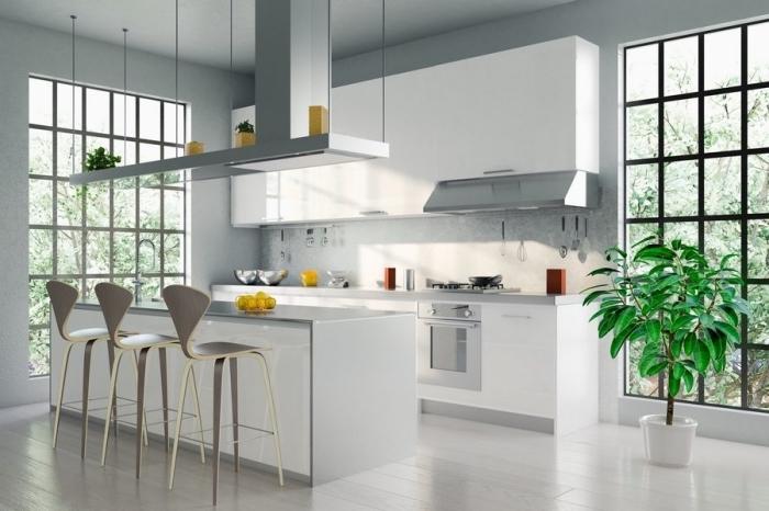 modele de cuisine moderne aux murs gris clair, déco de cuisine avec îlot en blanc et gris, suspension au dessus îlot avec rangement ouvert