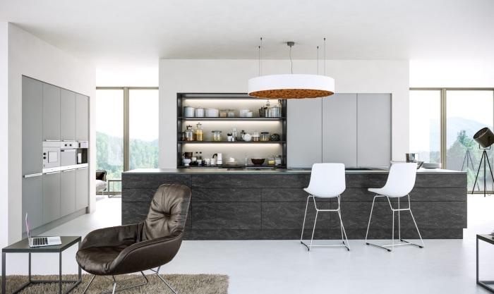 design intérieur moderne, modèle de cuisine blanche ouverte vers le salon, plan de cuisine avec îlot central gris anthracite