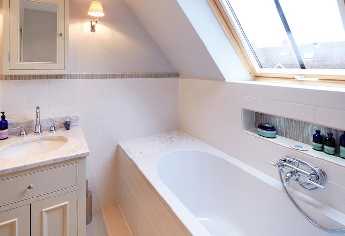 mini salle de bain 2m2 avec baignoire à encastrer, meuble sous vasque marbre en bois, carrelage salle de bain blanc