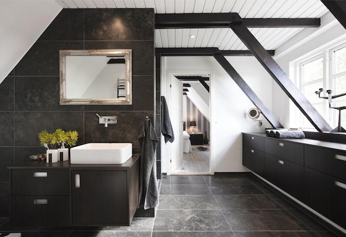mobilier salle de bain wengé, carrelage mur gris foncé, carrelage sol marbre gris, vasque blanche, plantes salle de bain et miroir avec encadrement argent