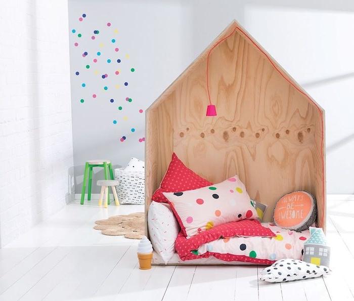 mur gris décoré à pois colorés, maisonette bois coin de lecture et d activité cosy, coussins et couverture colorés, parquet blanchi