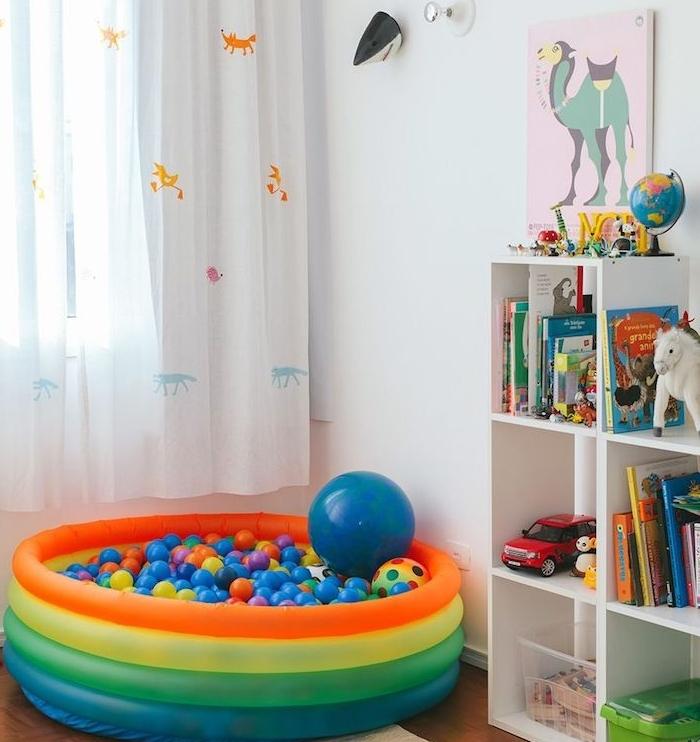 rideaux à motif aninal, piscine gonflable de jeu rempli de balles colorées, etagere kallax blanche pour ranger livres et jouets