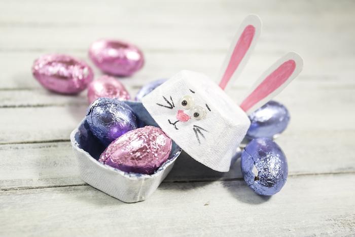petite boite à bonbons de pques en alvéoles boite à oeuf avec motif lapin de paques aux oreilles de papier
