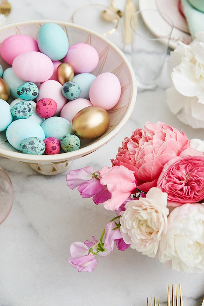 Déco table de Pâques, pivoines bouquet dans une vase, bol plein d'oeufs colorés, bonne fete de paques, image de pâques belle photo pour fond d'écran