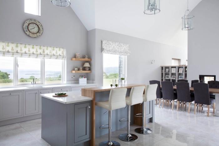 quelle peinture pour une cuisine, idée cuisine blanche et bois, déco de cuisine ouverte vers la salle à manger avec îlot à bar intégré bois
