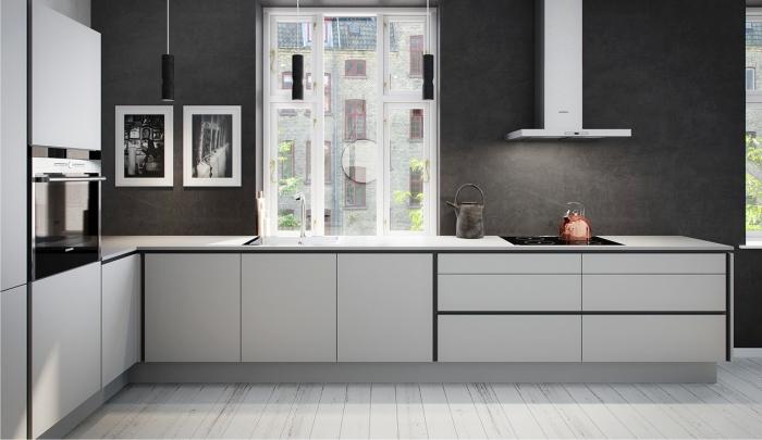 quelle couleur pour une cuisine, déco de cuisine en l, cuisine aux murs gris foncé avec plan de travail blanc et accents en noir mate