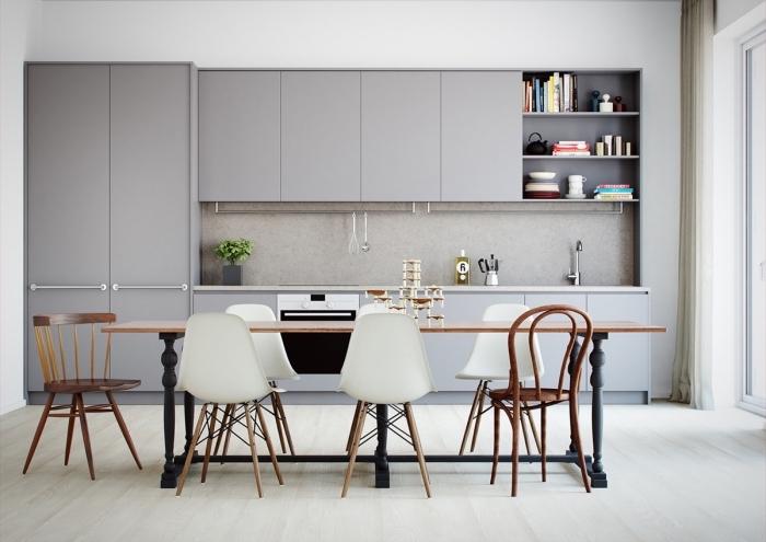 modèle de cuisine contemporaine aux murs blancs avec équipement en gris, déco de cuisine ouverte vers salle à manger