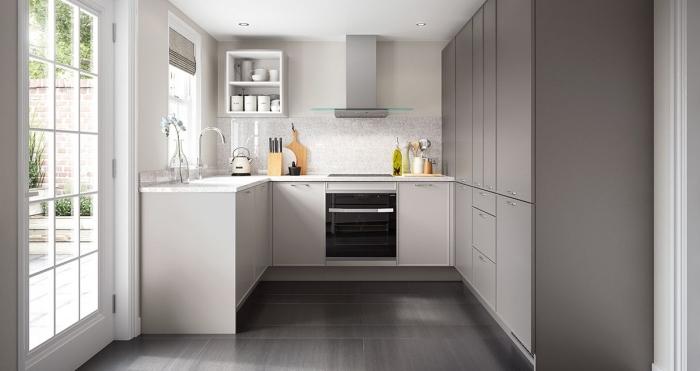 quelle couleur pour les murs d'une cuisine, déco de petite cuisine, idée rangement vertical en bois, modèle de cuisine blanche et grise
