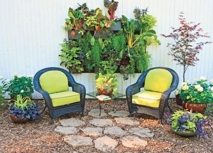 idée pour faire pousser des plantes à la verticale, une jardiniere palette murale avec plantes aromatiques et légumes aménagée dans un petit jardin urbain