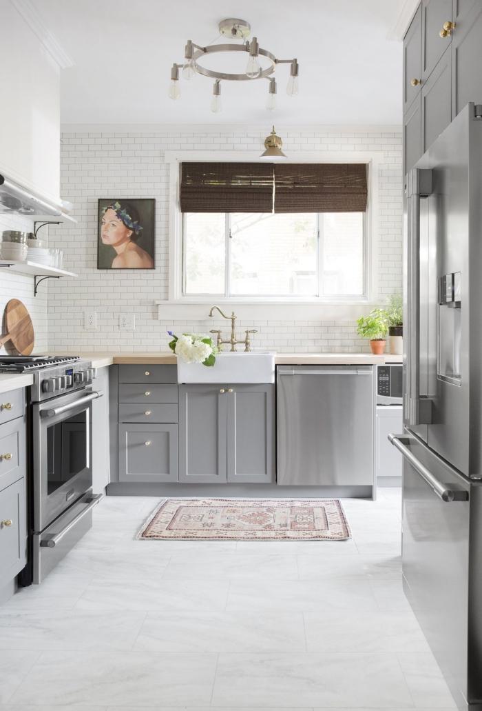 design intérieur style traditionnel avec éléments moderne, cuisine bois et blanc aux murs effet briques blanches
