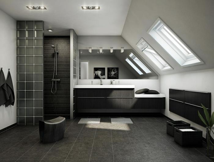 comment aménager une salle de bain sous combles, exemple salle de bain tendance aux murs blancs et gris foncé