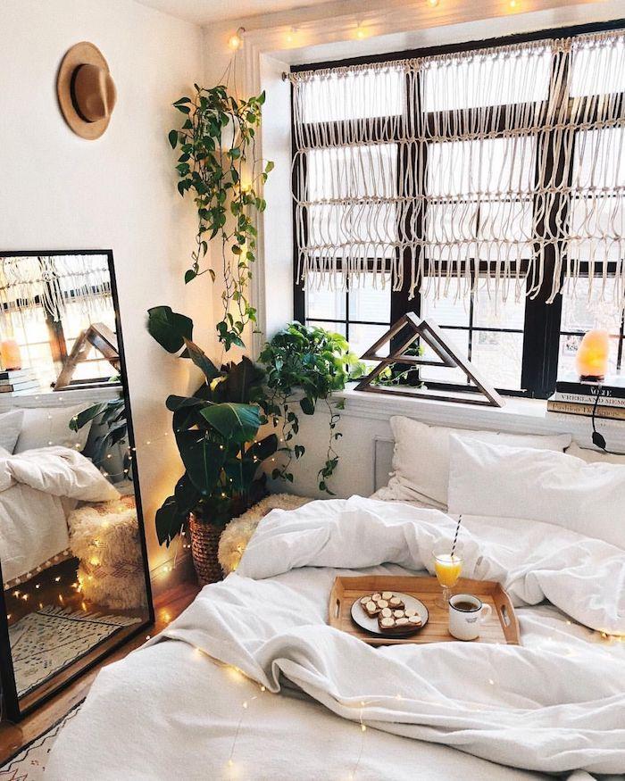 Petit déjeuner au lit, quelle deco chambre ado choisir, chambre tumblr bohème chic, belle chambre blanche décoré avec plantes vertes et guirlandes lumineuses