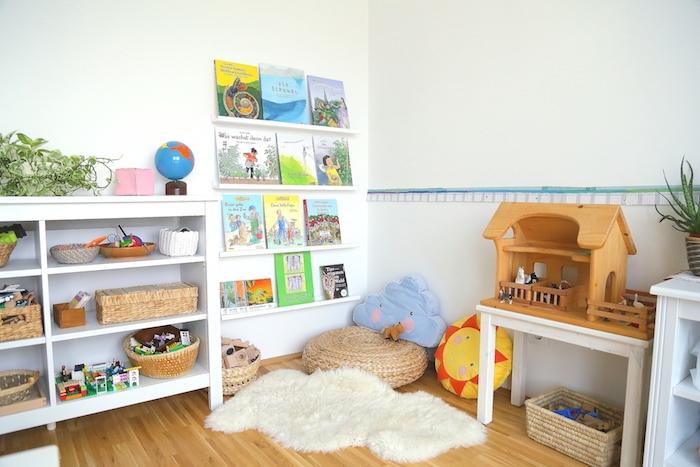 montessori à la maison, coin d activités montessori avec pouf, coussins enfant, etagere basse blanche, etageres rangement livres
